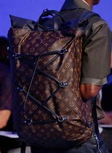 Louis Vuitton Bademantel : at louis vuitton 39 s spring 2016 men 39 s show the bucket bags ~ A.2002-acura-tl-radio.info Haus und Dekorationen