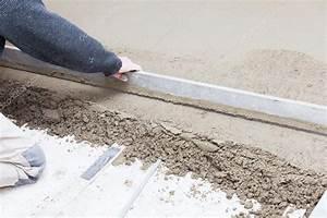 Balkon Steinplatten Schwimmend Verlegen : mason leveling the cement screed stock photo chretien ~ A.2002-acura-tl-radio.info Haus und Dekorationen