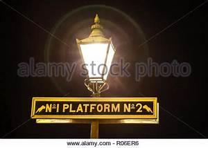 Licht In Der Laterne : eine gaslampe an einem alten bahnhof mit der urspr nglichen gasleitung halten der lampe komplett ~ Watch28wear.com Haus und Dekorationen