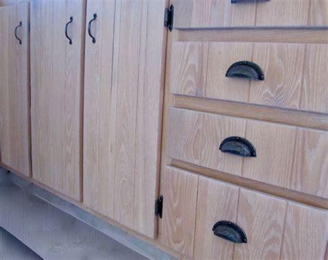 restauration d 39 armoire de cuisine en bois la boite à pin