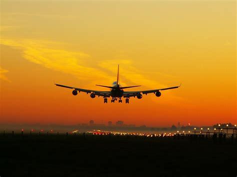 File:Aircraft approaching runway.jpg - Wikimedia Commons