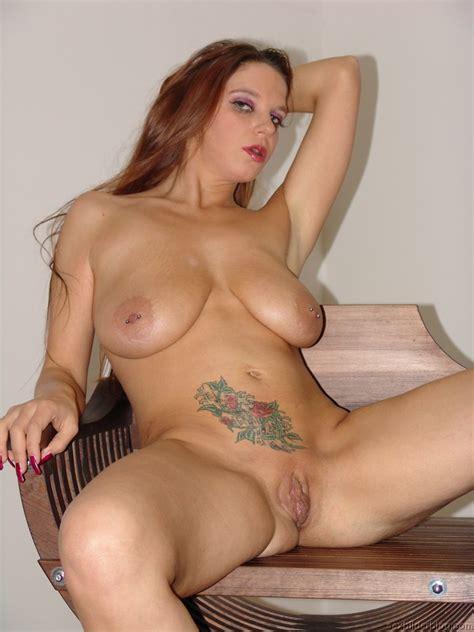 Rote Haare, dicke Titten und gepiercte Nippel