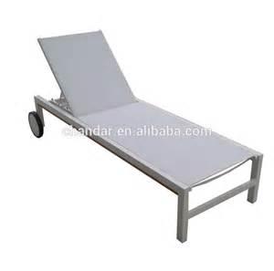 Chaise Longue De Plage Avec 2 Roues by Aluminium Chaise Longue Blanc En Plastique Chaise Longue