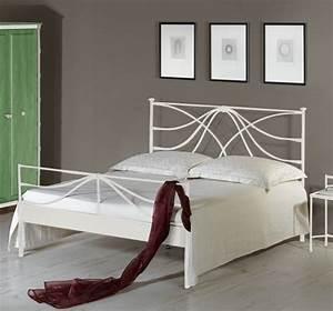 Bett Mit Hohem Fußteil : metallbett 140x200 cm in wei mit hohem kopfteil arica ~ Bigdaddyawards.com Haus und Dekorationen