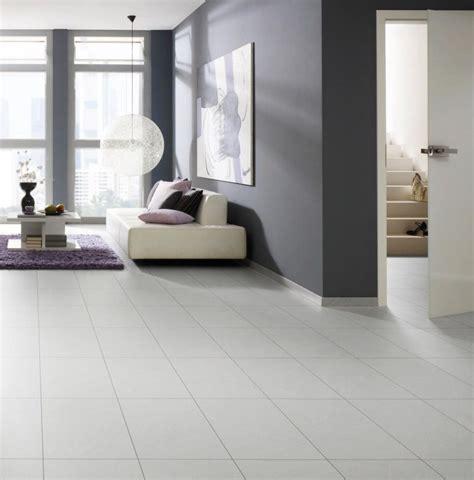 Weiße Fliesen Wohnzimmer by Fliesen Laminat Glanzend Wohndesign