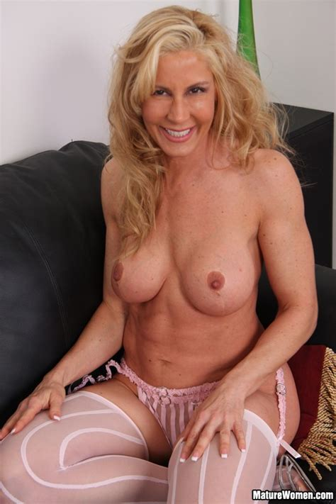 Sexy Cougars Mature Blond Gets Naked At