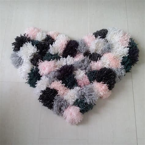 tapis pompons en forme de coeur fait textiles et tapis par kiem