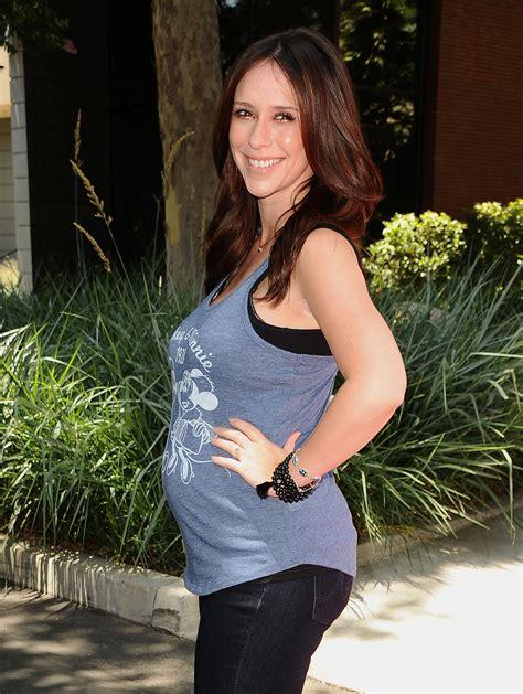 foto de Pregnant Jennifer Love Hewitt Shows Off Baby Bump In