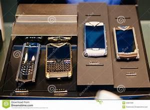 Telephone Vertu Prix : collection de t l phone portable de vertu avec le pricetag de 5000 30000 e photo ditorial ~ Medecine-chirurgie-esthetiques.com Avis de Voitures