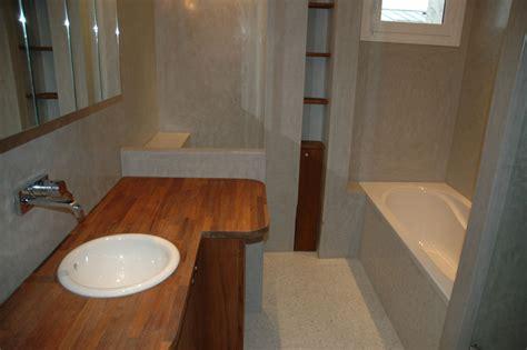 tadelakt de marrakech lahouari tahiri salle de bain en tadelakt bleu clair plan vasque en bois