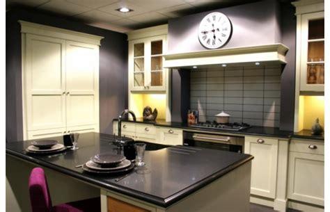 plan ilot central cuisine modèle cottage en chêne laqué ivoire finition usée