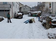 Jóvenes de Otero de Guardo se divierten ayer con la nieve