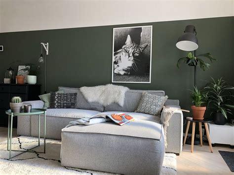 groene muur lambrisering met fotoposter grijze stoere bank