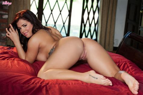 Erotic Babe Keisha Grey Playing With Her Wet Pussy Of
