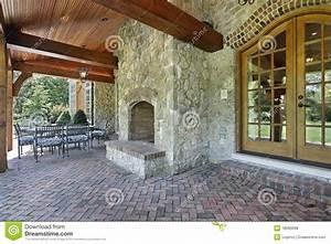Cheminée En Brique : patio de brique avec la chemin e en pierre photo stock image du hublot logement 18090098 ~ Farleysfitness.com Idées de Décoration