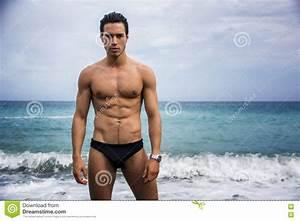 Wasser Steht In Der Spülmaschine : junger hemdloser athletischer mann der im wasser durch ozeanufer steht stockbild bild von ~ Orissabook.com Haus und Dekorationen