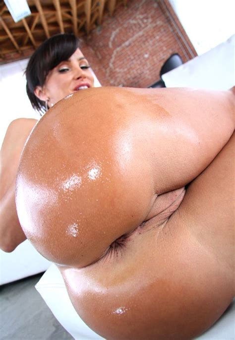 16 Pictures Of Busty Pornstar Lisa Ann Ultimate