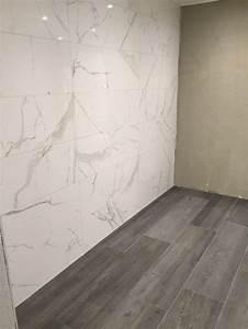 Neuer Belag Auf Alte Fliesen : fliesen mit einer marmoroptik kombiniert mit einer bodenfliesen in holzoptik fliesen ~ Orissabook.com Haus und Dekorationen