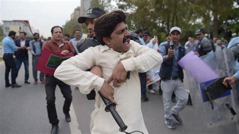Media crackdown heightens fears for Pakistan's democracy ...