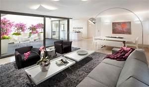 Wohnzimmer Mit Grauer Couch : 28 moderne interior designs mit energiesparenden arco bogen stehlampen ~ Bigdaddyawards.com Haus und Dekorationen