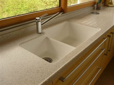 cuisine de aménagement de cuisine plan de travail en résine et évier