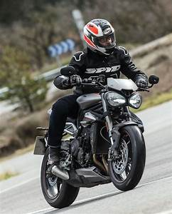 Street Triple 2017 : 2017 triumph street triple rs first ride test 14 fast facts video ~ Maxctalentgroup.com Avis de Voitures