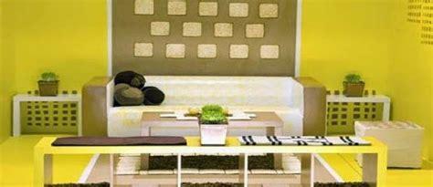 paduan warna kuning coklat  desain ruang keluarga