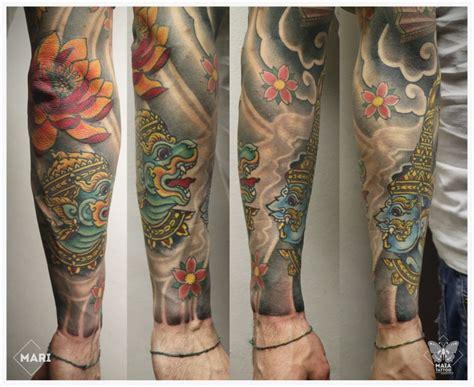 braccio uomo fiori maia tatuaggio su braccio in stile giapponese con