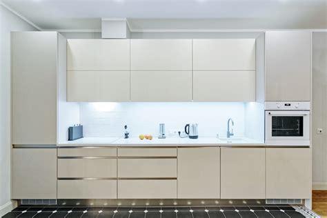 Virtuve Ar Iefrezetiem Rokturiem Cocinas Modernas Balta Virtuve Ar Kvarca Virsmu Un Iefrēzētiem Rokturiem
