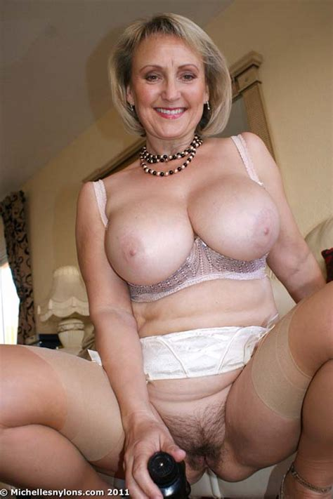 Michelle Curvy Mama Puts Toy Into Her Pussy