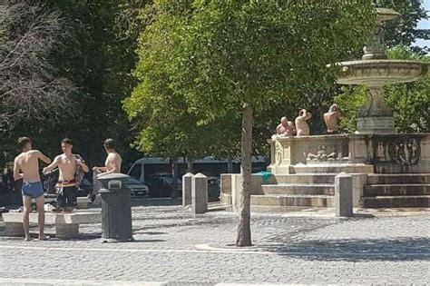 donne fanno la doccia turisti in costume si fanno la doccia nella fontana di