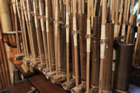Karena dimainkan oleh banyak orang, pertunjukan musik ansambel juga. Angklung : Kesenian - Situs Budaya Indonesia