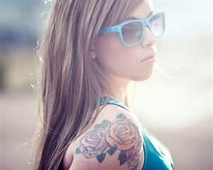 Rosen Tattoo Schulter : tattoo am oberarm 50 ideen f r m nner und frauen ~ Frokenaadalensverden.com Haus und Dekorationen