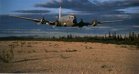 formation d ovnis sous un avion de ligne un dc4