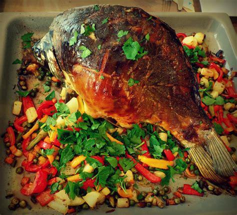 fisch ganzer karpfen aus dem ofen mit gemuese beilage