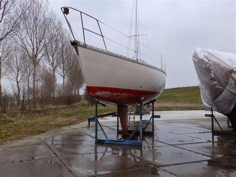 schoonmaken toilet boot stickers verwijderen over het werk aan een oud polyester