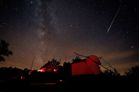 perseid meteors  compete  moonlight late tuesday