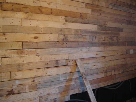 chambre couleur marron mur en planche de bois brut idées de décoration et de