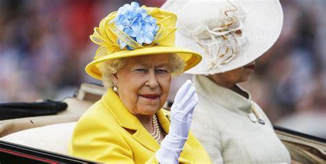 Kjo është arsyeja pse Mbretëresha Elizabeth II mban ...