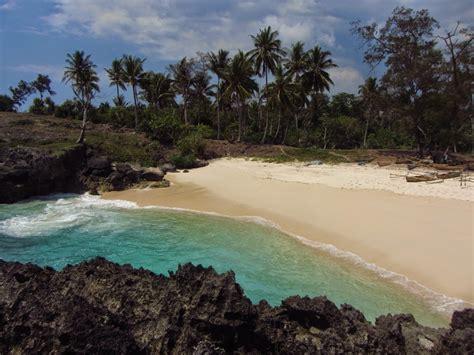 pantai mandorak yang tersembunyi diantara tebing nusa