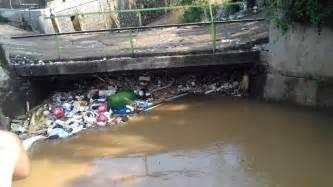 sampah   menyumbat aliran sungai  penyebab