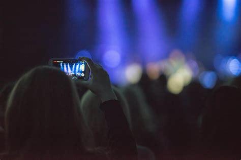 imagen de una mujer  celular en concierto foto