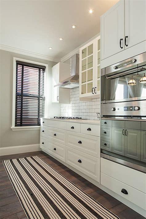 white kitchen cabinets with rubbed bronze hardware antes despu 233 s de una cocina aburrida a una muy chic 2261