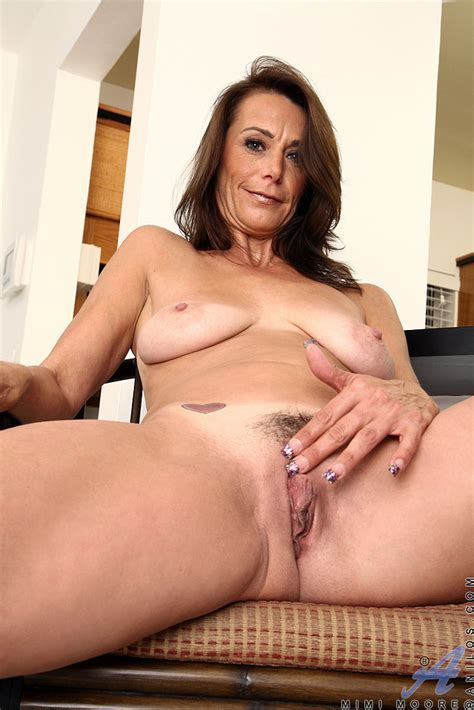 Gorgeous Mommy Mimi Moore Tease And Undress Milf Fox
