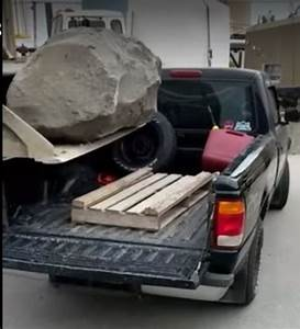 Gros Pick Up : un homme charge un gros rocher dans un pick up et c est un fail ~ Medecine-chirurgie-esthetiques.com Avis de Voitures