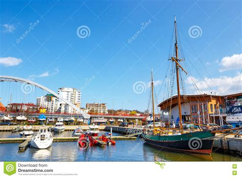 sur le port d amsterdam vue sur le port dans kolobrzeg avec beaucoup de bateaux et de bateaux amarr 233 s kolobrzeg est un
