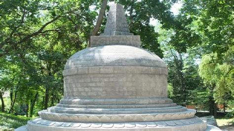 replika stupa borobudur berdiri megah  kebun raya