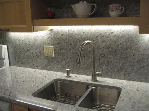 granit pour cuisine comptoir et dosseret en granit moon white avec évier sous