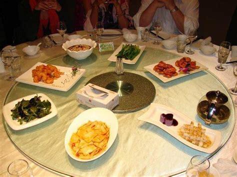 Tisch Mit Drehbarer Platte by Gegessen Wird Traditionell An Einem Runden Tisch Mit
