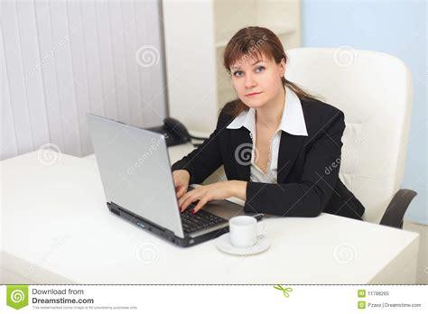 bureau femme le femme travaille avec l 39 ordinateur au bureau photo